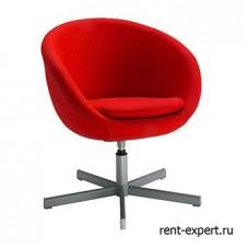 Вращающееся кресло красного цвета